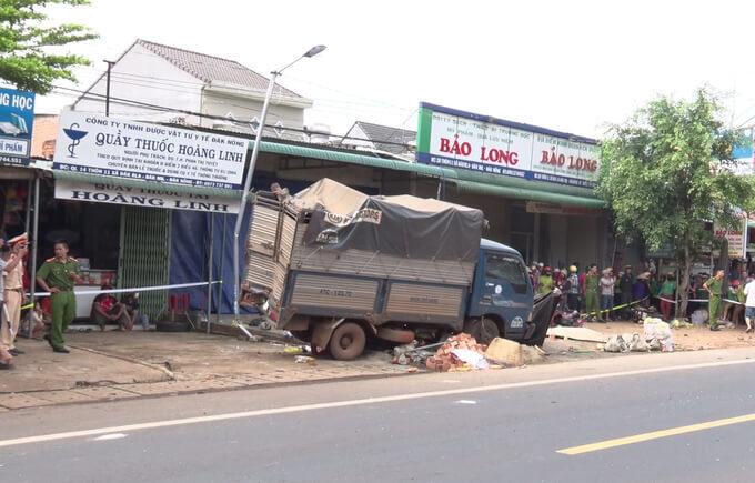 Ôtô tải lao vào chợ, 5 phụ nữ chết